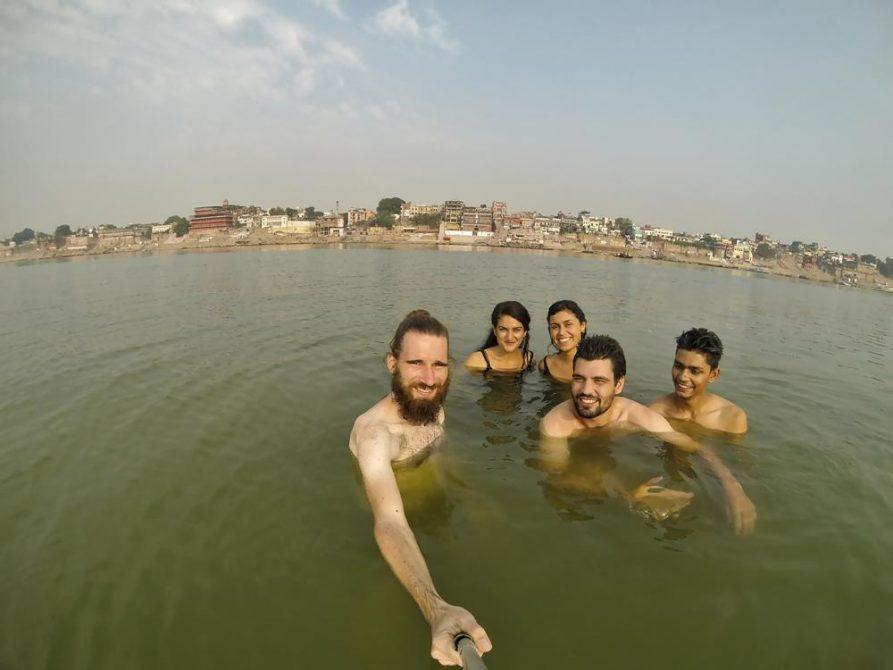 Touristen baden im Ganges bei Varanasi