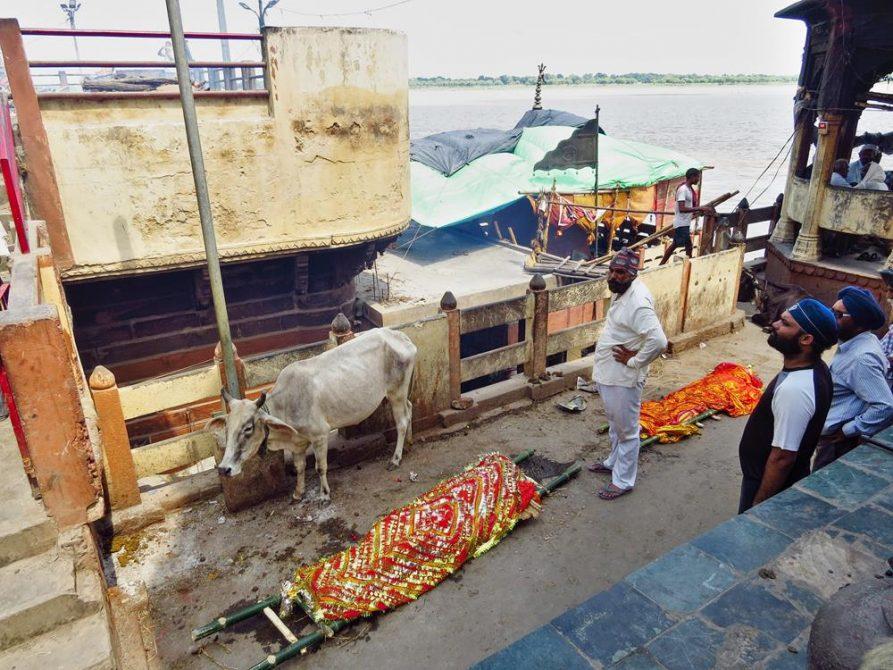 Leichen am Manikarnika Ghat in Varanasi