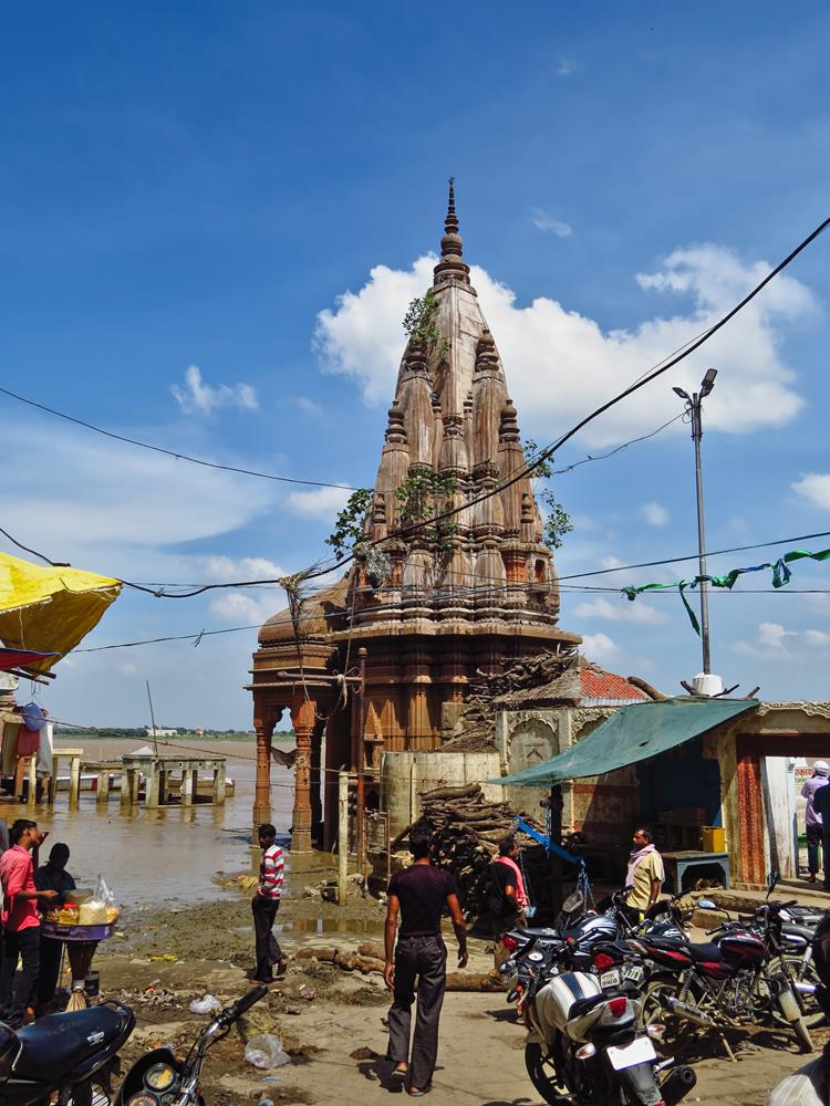 überschwemmtes Ghat am Ganges