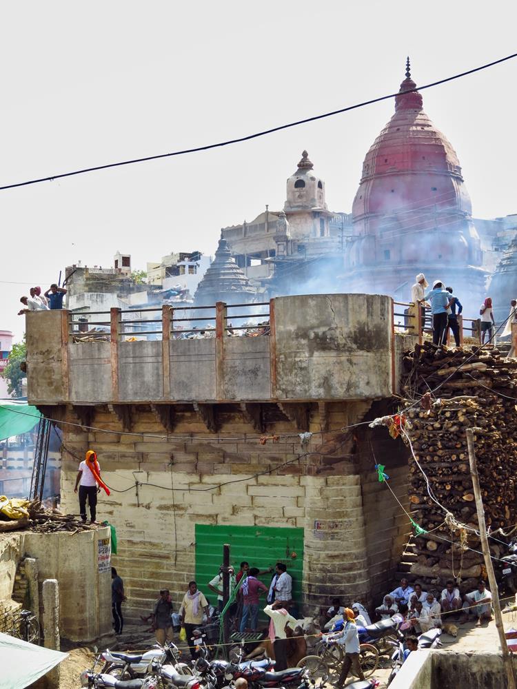 Scheiterhaufen am Manikarnika Ghat in Varanasi
