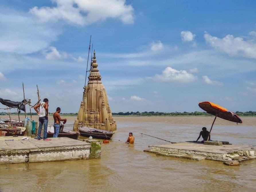 Badende am Manikarnika Ghat in Varanasi