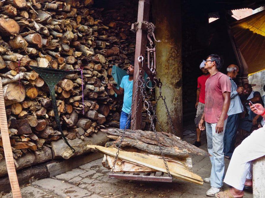 Holzverkäufer am Manikarnika Ghat in Varanasi