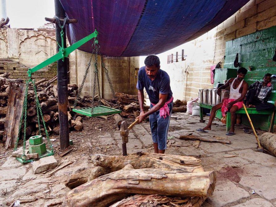 Holzarbeiter am Manikarnika Ghat in Varanasi
