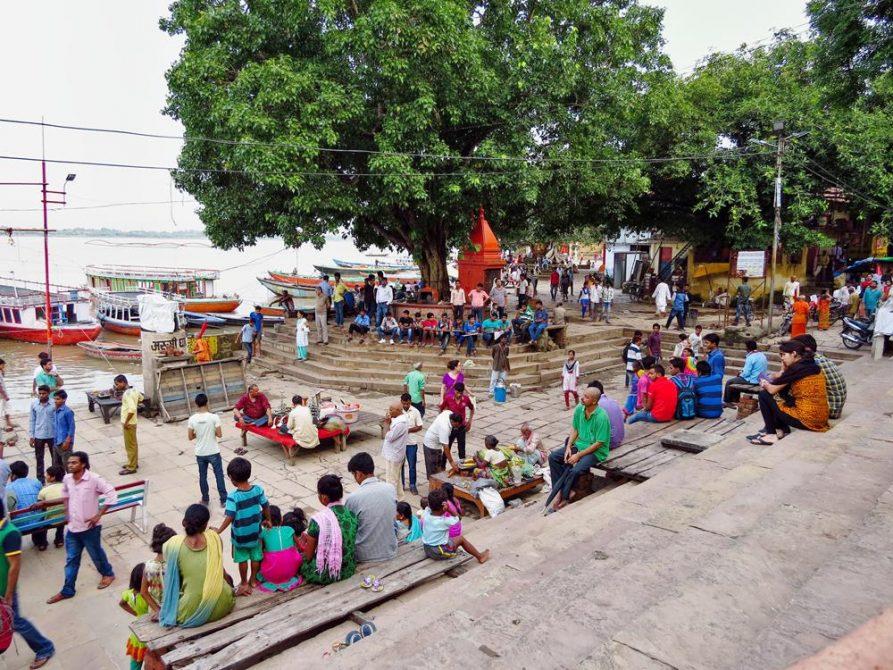 Menschen am Assi Ghat in Varanasi