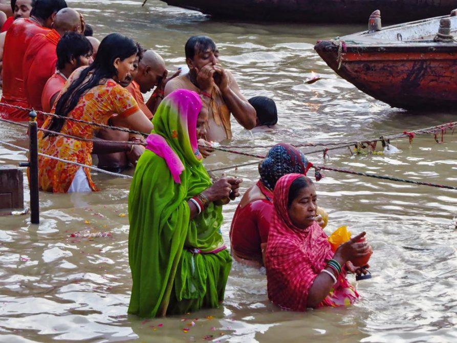 Frauen in Sari stehen im Ganges, Varanasi