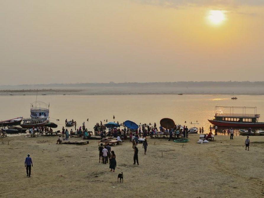 Assi Ghat im Morgengrauen während der Trockenzeit, Varanasi