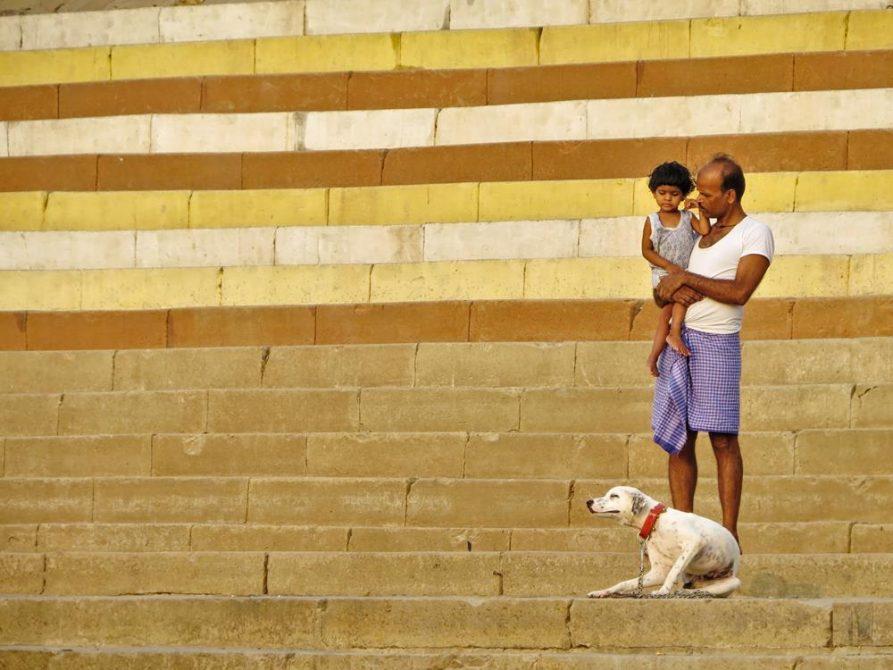Mann mit Kind und Hund am Jain Ghat, Varanasi