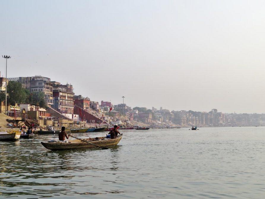 Boote auf dem Ganges bei Varanasi