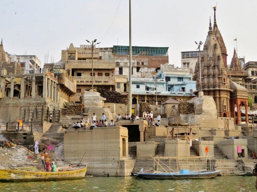 Stufen des Manikarnika Ghat in Varanasi