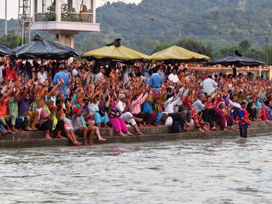 Pilger während der Ganga Aarti in Haridwar
