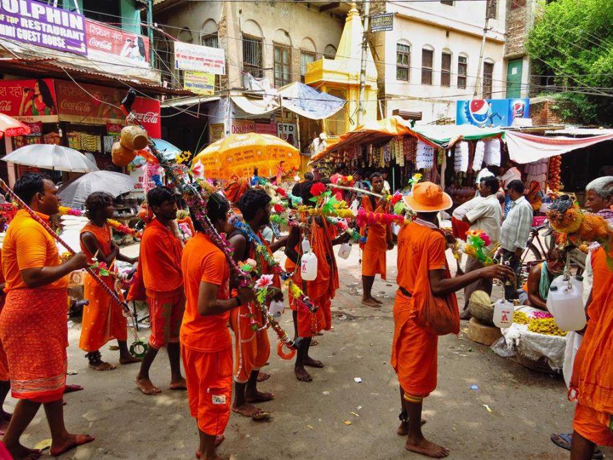 Pilger auf der Kanwar Yatra in Varanasi