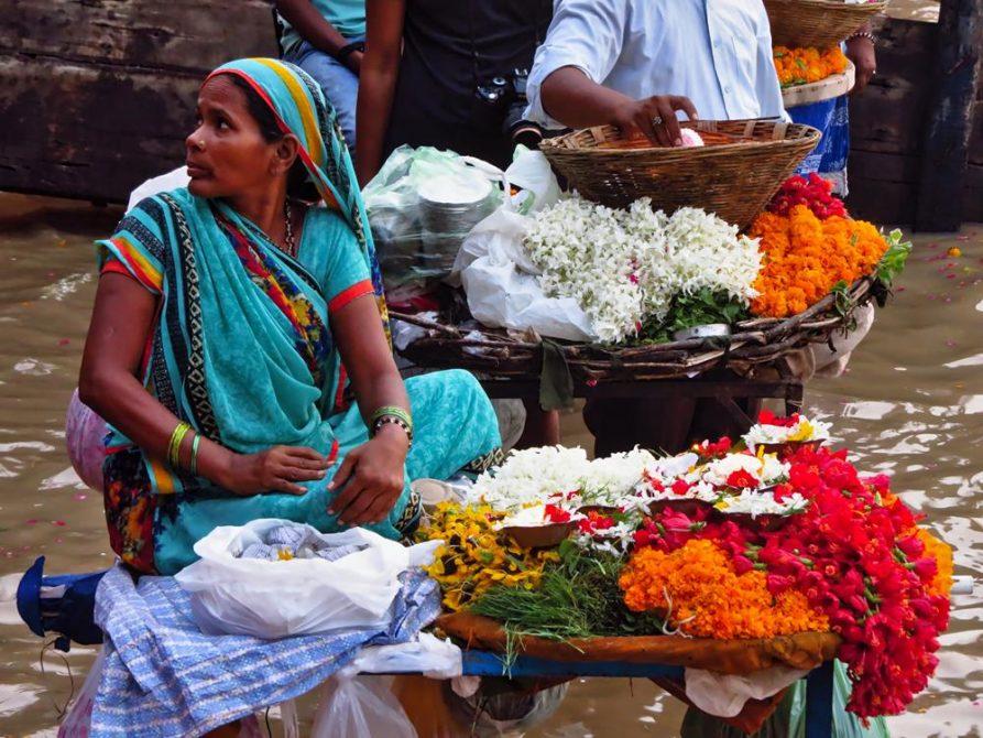 Blumenverkäuferin am Dashashwamedh Ghat