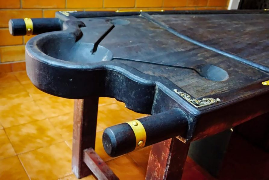 traditionelle Holzliege im Behandlungsraum, Ayurveda, Indien
