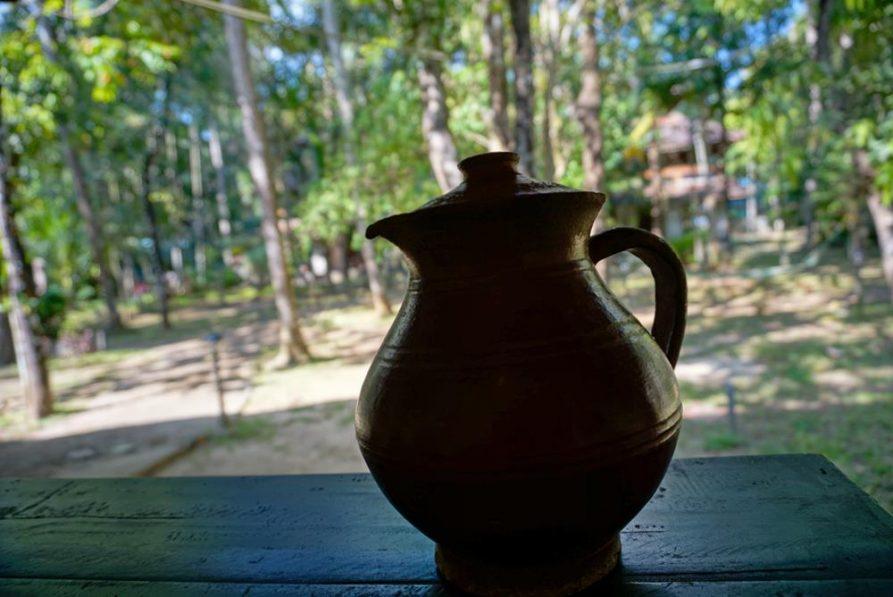 Tonkrug im Garten, Ayurveda