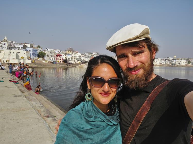 Paar am heiligen See in Pushkar
