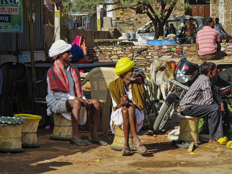 Männer auf Bambushockern in Pushkar