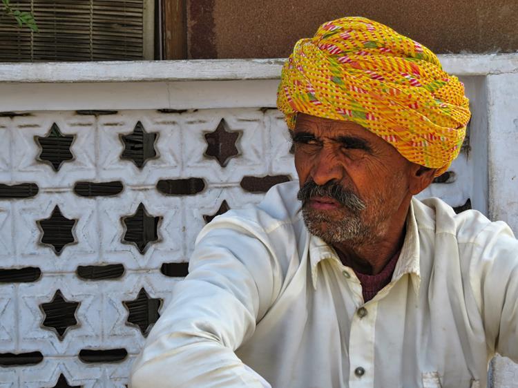 Mann mit Turban in Pushkar, Rajasthan, Indien
