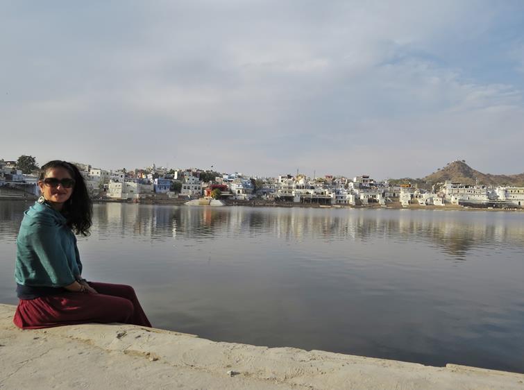 junge Frau am heilige See in Pushkar
