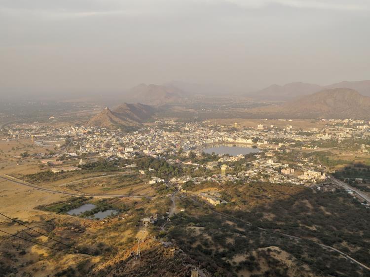 Blick auf Pushkar vom Hügel des Savitri Tempels