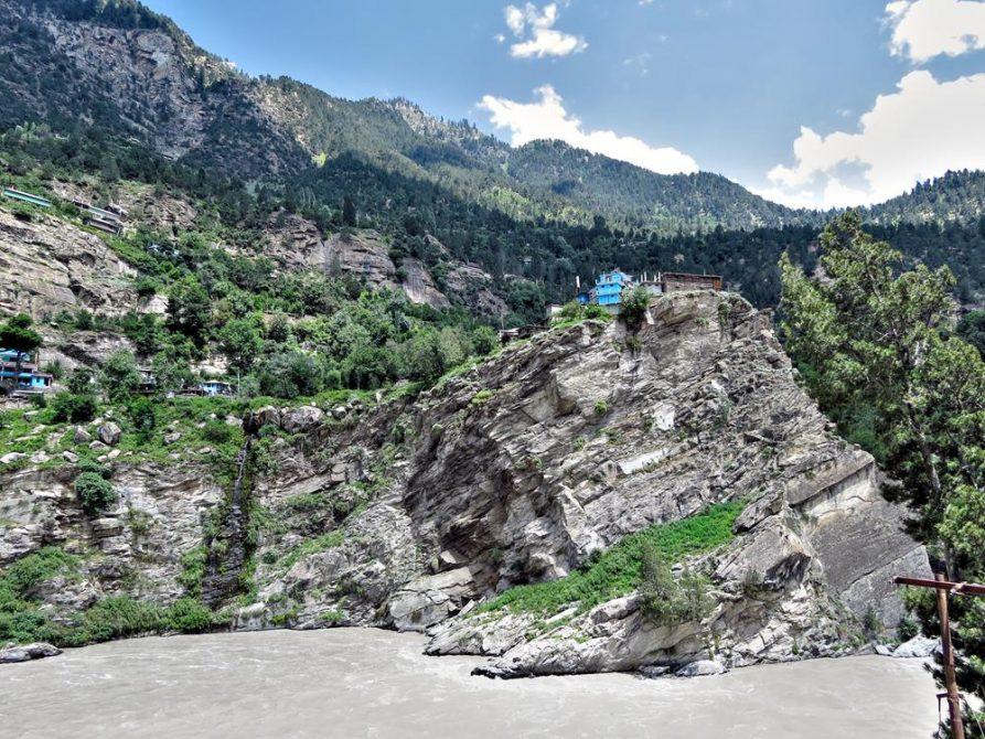 Häuser auf einem Felsen über dem Satluj in Himashal Pradesh