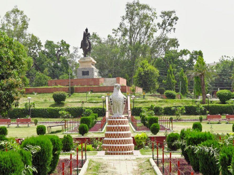 Rosengarten und Maharaja Ranjit Singh Reiterstatue, Amritsar, Indien