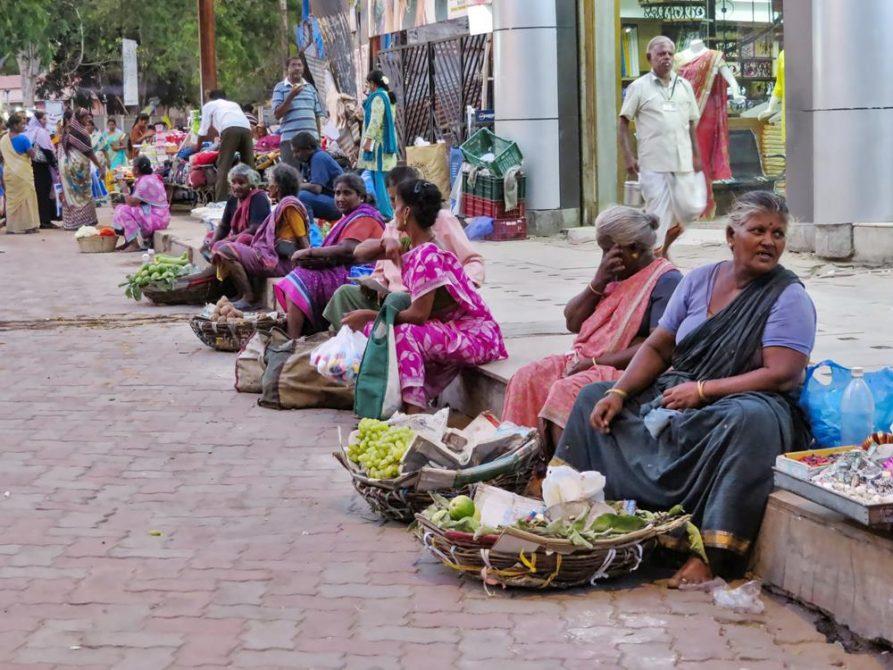 Marktfrauen am Minakshi Tempel, Madurai, Tamil Nadu, Indien
