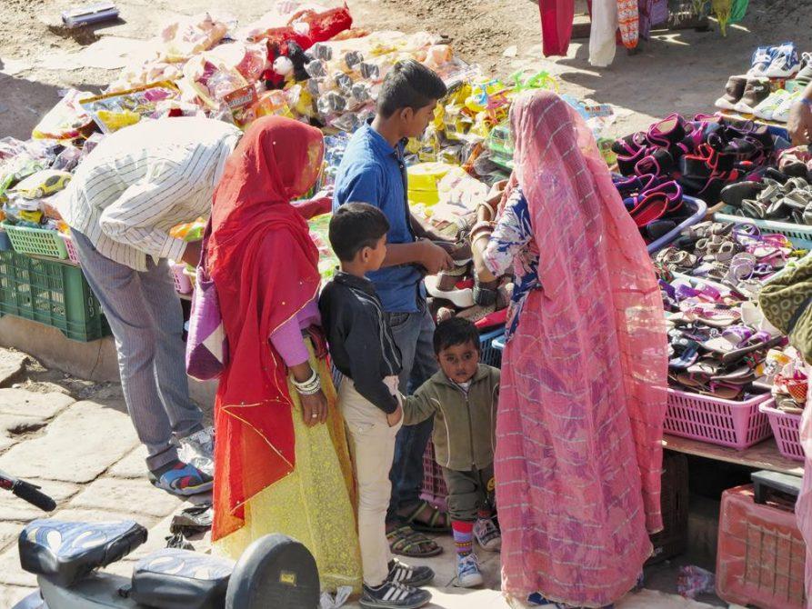 Menschen auf dem Sardar Markt in Jodhpur