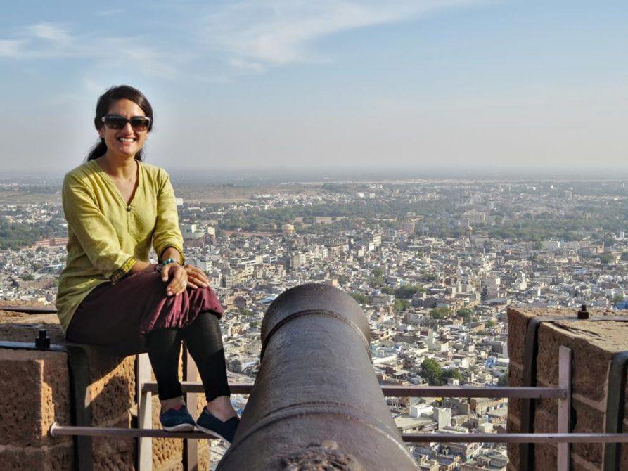 Frau posiert vor Jodhpur, Rajasthan