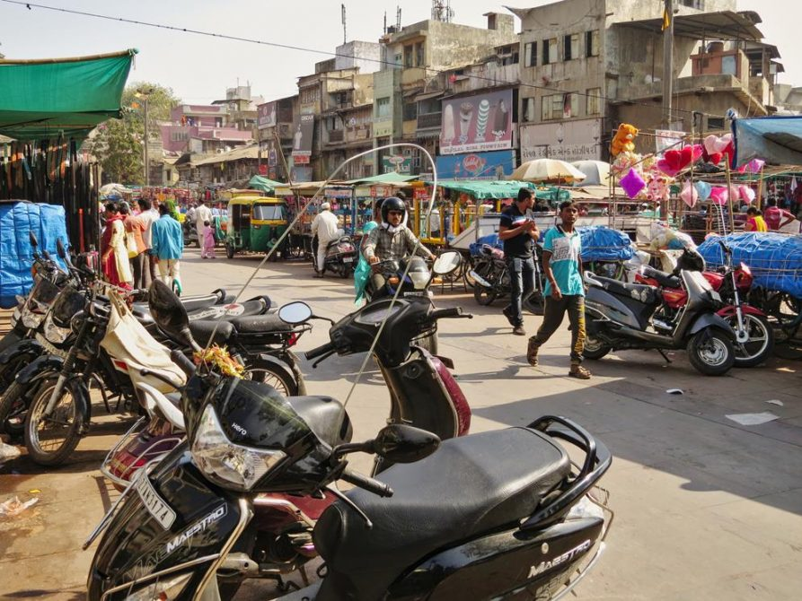 Uttarayan, Motorrad mit Drahtbügel in Ahmedabad, Indien