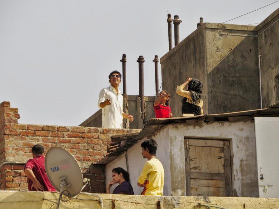Drachenlenker über den Dächern von Ahmedabad, Indien