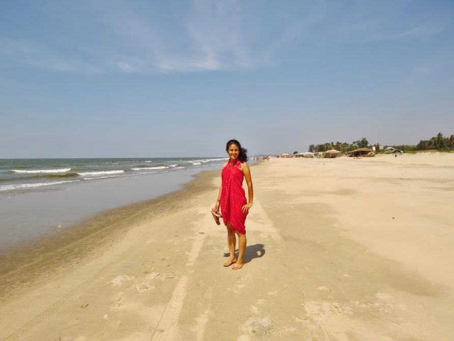 Frau am Strand in Mandrem, Goa, Indien