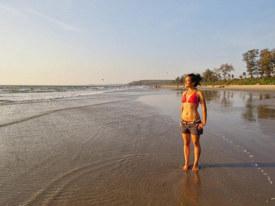Frau am Strand in Arambol, Goa, Indien