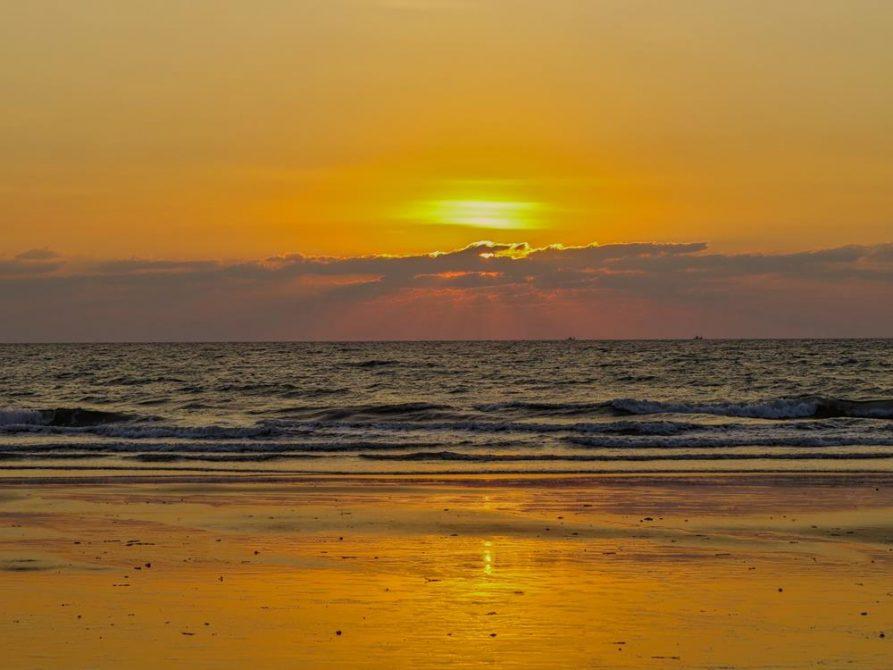 Sonnenuntergang über dem Meer in Arambol, Goa, Indien