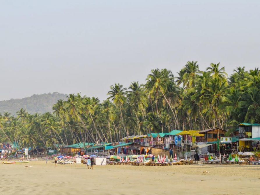bunte Hütten unter Palmen am Strand von Palolem