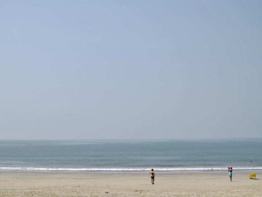 Arabisches Meer brandet an die Küste Goas