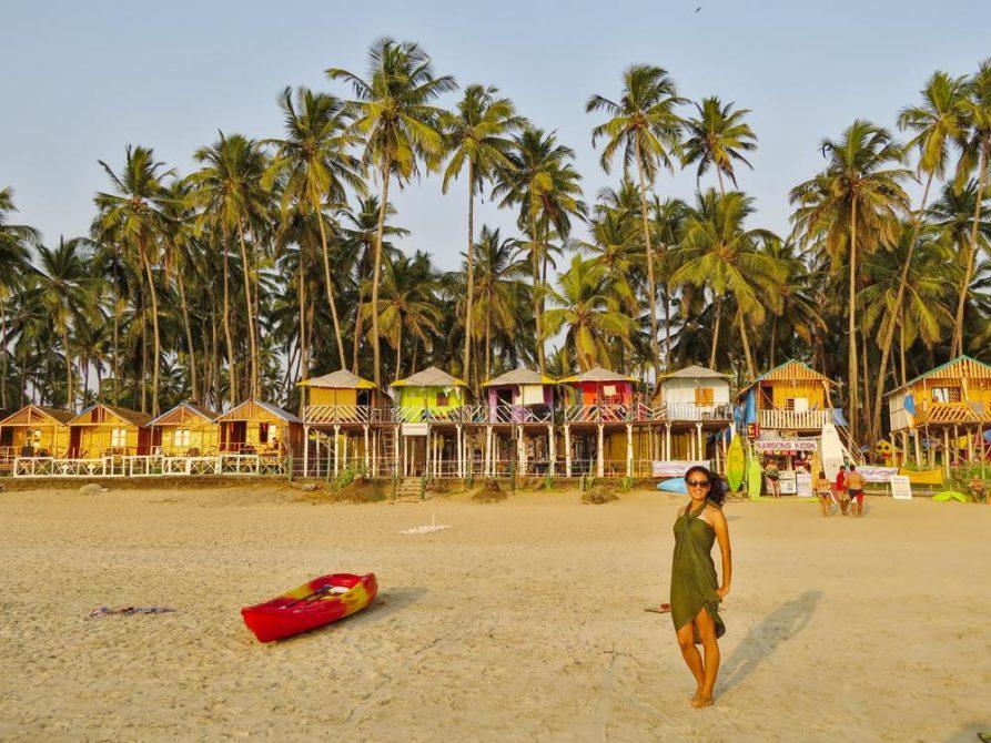 Frau am Strand von Palolem, Goa