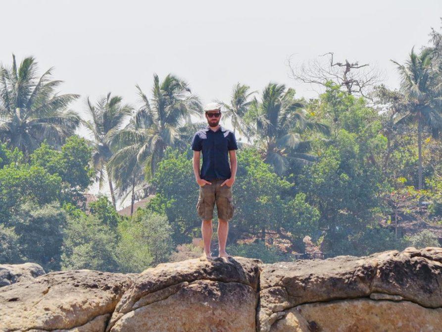 Mann auf Felsen in Goa