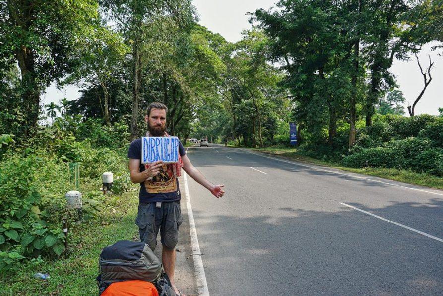 trampen in der Ebene von Assam, Indien