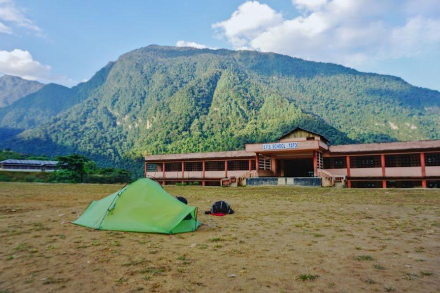 zelten auf dem Schulhof in Tato