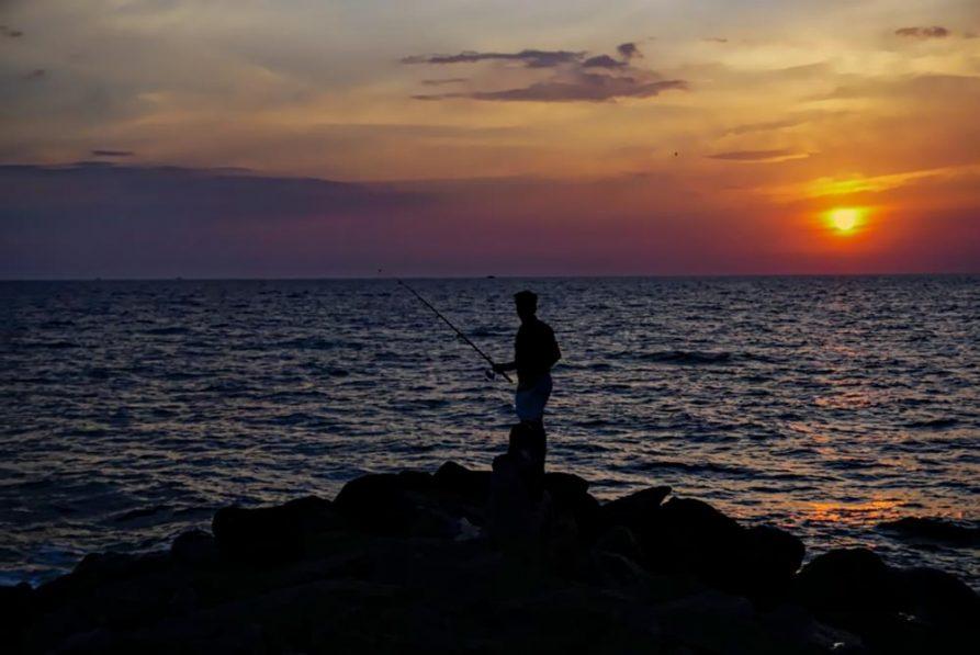 Gruppe junger Menschen, Sonnenuntergang, Arabisches Meer, Kerala, Indien