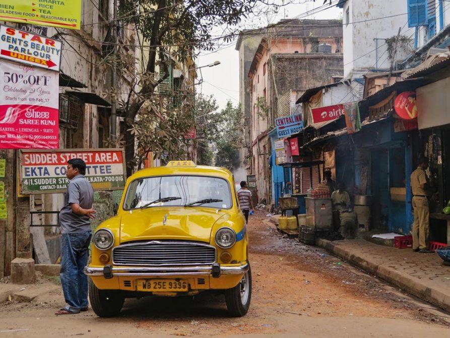 Taxi in der Sudder Street, Kolkata, Indien