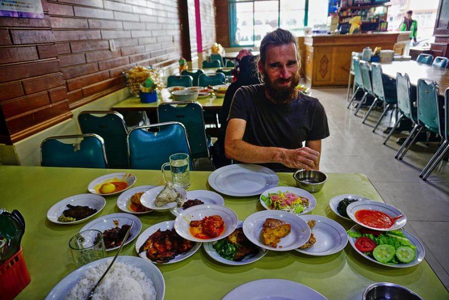Mann in Padang-Restaurant, Bukittinggi, Sumatra