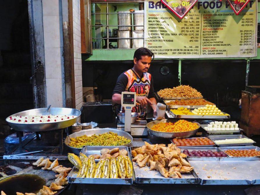Snackverkäufer in Old Delhi, Indien