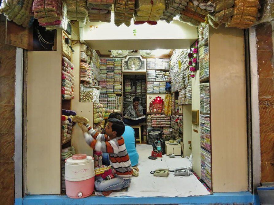 Stoffverkäufer in Old Delhi, Indien