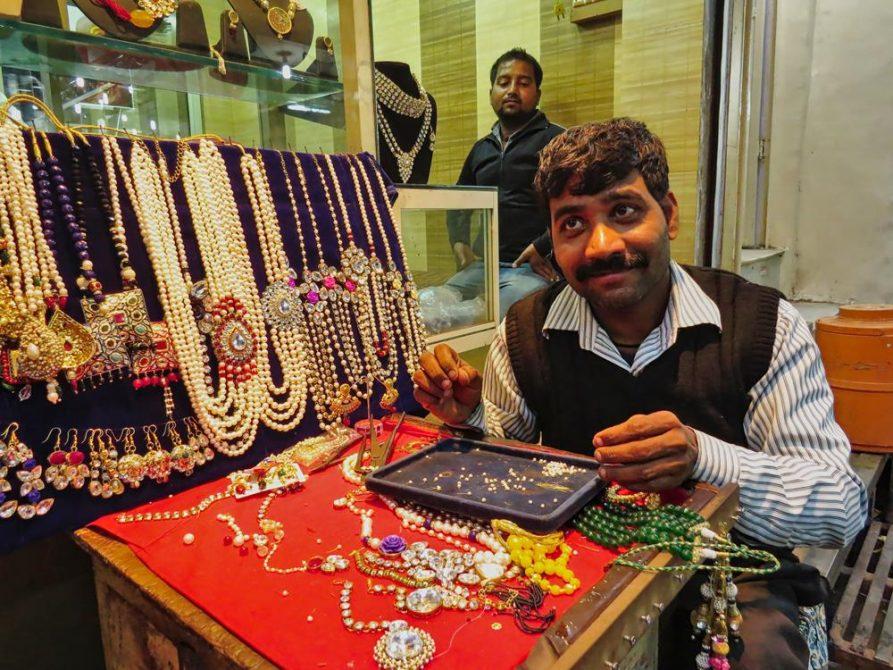 Schmuckverkäufer in Old Delhi, Indien