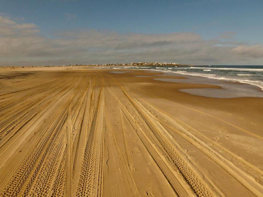 Reifenspuren am Strand, Cabo Polonio, Uruguay