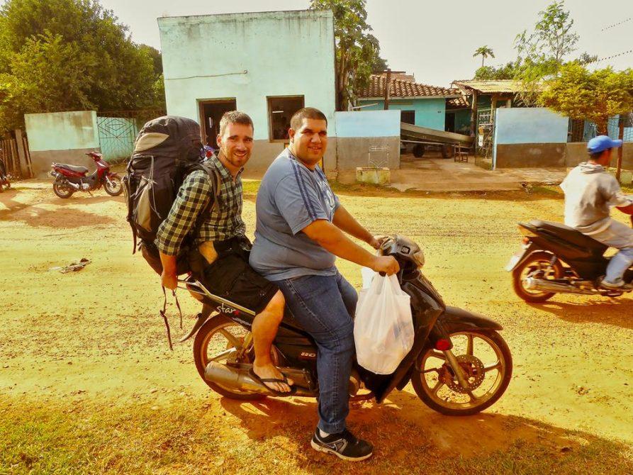 zwei junge Männer auf einem Moped