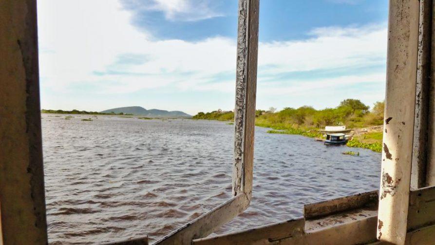 offenes Schiffsfenster am Rio Paraguay