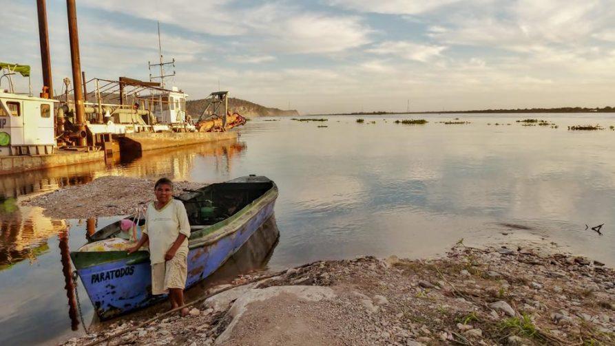 Frau und Boot am Rio Paraguay