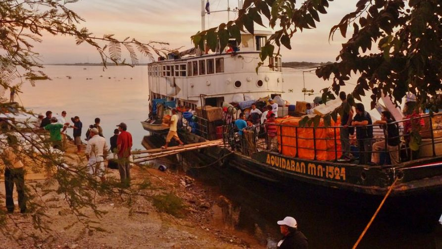 Marktschiff auf dem Rio Paraguay, Paraguay